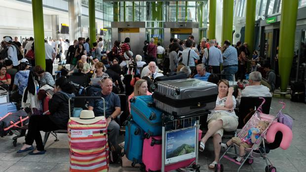 Pasajeros en el aeropuerto de Heathrow afectados por la avería de la aerolínea