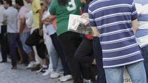Cola de parados junto a una oficina de empleo en Sevilla