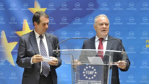 El presidente de la FEMP, Abel Caballero, con el presidente de la diputación de Huesca, Miguel Gracia, esta mañana