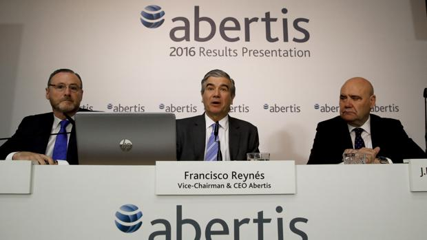 El vicepresidente y consejero delegado de Abertis, Francisco Reynés (centro), junto al director general financiero y de desarrollo corporativo, José Aljaro (izquierda), y el director de comunicación, Juan María Hernández Puertolas