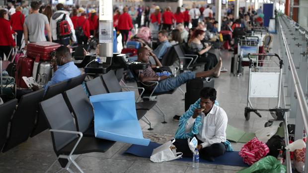 Viajeros afectados por las cancelaciones en Heathrow