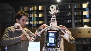 Un técnico ajusta un robot durante una exhibición en Londres