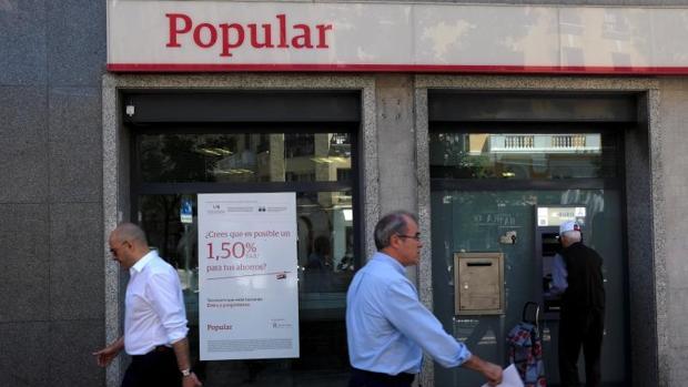 El santander sale al rescate del popular y compra el banco for Oficinas banco popular pamplona