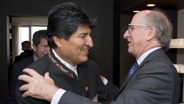 El presidente de Bolivia, Evo Morales (izda) con el presidente de Repsol, Antonio Brufau (dcha) en Bruselas