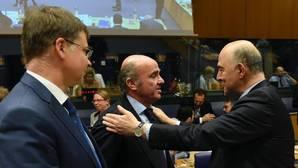 Luis de Guindos junto a Pierre Moscovici, comisario de Ecnomía, en el Eurogrupo de este jueves