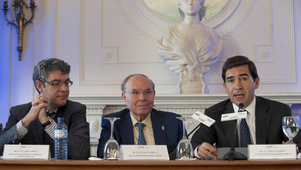 De izquierda a derecha Álvaro Nadal, ministro de Energía, Turismo y Agenda Digital; César Nombela Cano, rector de la Universidad Internacional Menéndez Pelayo y Carlos Torres Vila, consejero delegado de BBVA