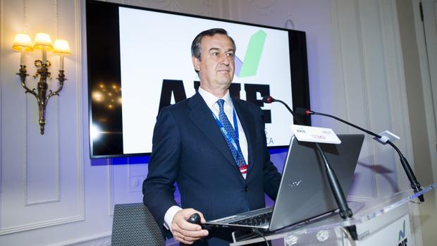 César Gonzáelz- Bueno durante su intervención en el seminario organizado por la UIMP y APIE