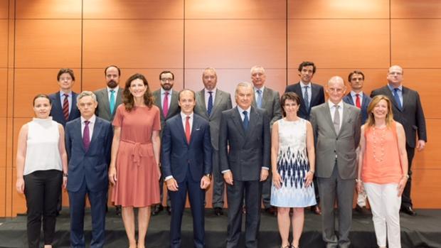 Rodrigo Echenique, en el centro, con los miembros del nuevo comité de dirección del Popular