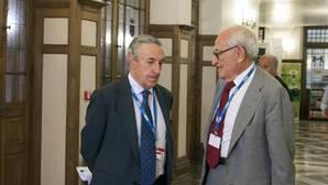 El presidente de la CNMC, José María Marín Quemada (i), conversa con el exdirector del Banco de España