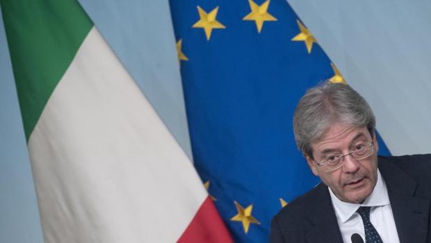 El primer ministro italiano Paolo Gentiloni habla en la rueda de prensa tras el Consejo de Ministros reunido hoy