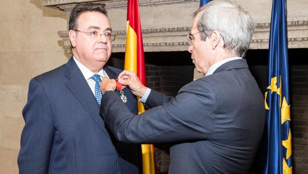 Llardén recibe la condecoración de manos del embajador de Francia en España, Yves Saint-Geours