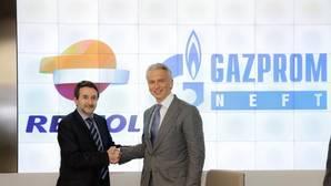 Consejero Delegado de Gazprom Neft, Alexander Dyukov y el Consejero Delegado de Repsol, Josu Jon Imaz firmando el acuerdo