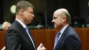 El vicepresidente de la CE para el Euro, Valdis Dombrovskis (i), y el ministro de Economía, Luis de Guindos