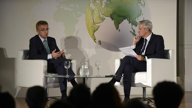 Luis Aires, presidente de BP, a la izquierda, junto al moderador del coloquio