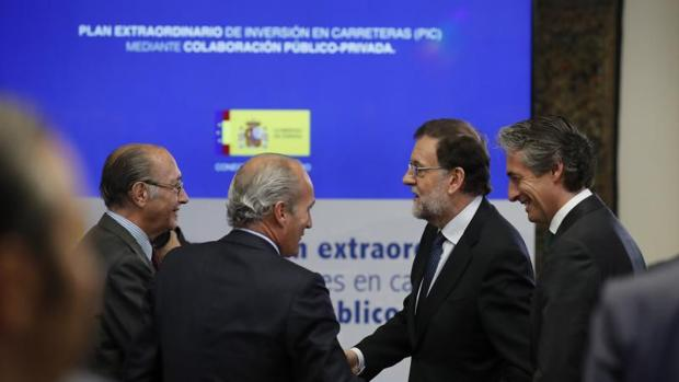 El presidente del Gobierno, Mariano Rajoy , y el ministro de Fomento, Íñigo de la Serna, a su llegada a la presentación del Plan Extraordinario de Inversiones en Carreteras