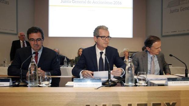 El presidente del Grupo Inditex, Pablo Isla, el vicepresidente, José Arnau, y el secretario general y del Consejo de la compañía, Antonio Abril