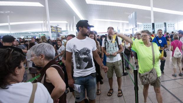 Miembros de la ANC repartiendo los panfletos en El Prat