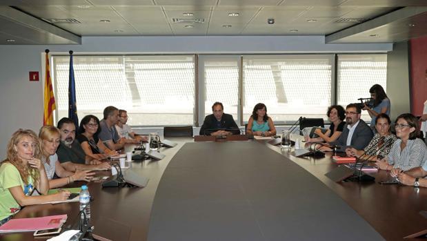 Mesa de negociación entre los sindicatos y la dirección de Eulen en El Prat
