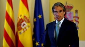 El ministro de Fomento, Íñigo de la Serna, explica las medidas que tomará el Ejecutivo en el aeropuerto