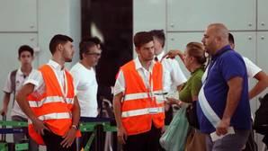 Personal de AENA informa a los viajeros en el aeropuerto de El Prat de Barcelona