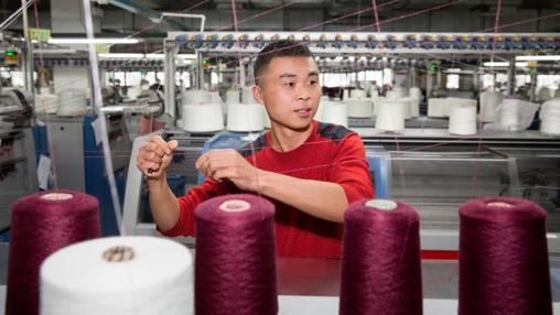 Esta imagen corresponde a una de las fábricas cghinas externas que proveen a H&M. La firma sueca fue pionera en el reciclaje de ropa a nivel internacional: recoge ropa usada en sus tiendas en 67 países.