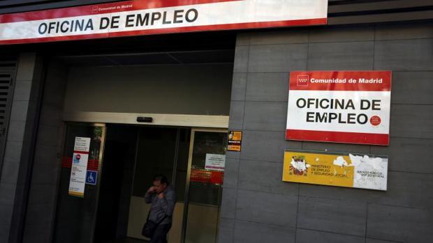 El paro sube en personas en agosto por el fin de la for Oficina empleo canarias