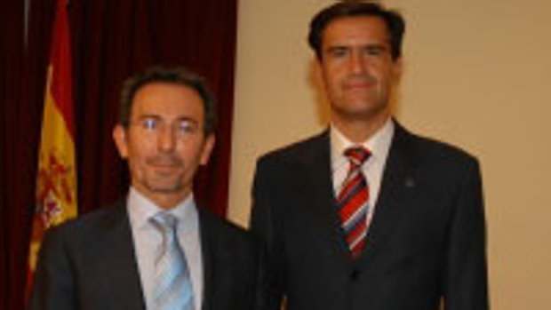 El expresidente de Fórum, Briones, a la izquierda, recibió el Máster de Oro de manos del exministro Aguilar