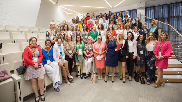 Foto de familia, esta semana en Madrid, de una representación de las autoras del libro «Empresari@s»