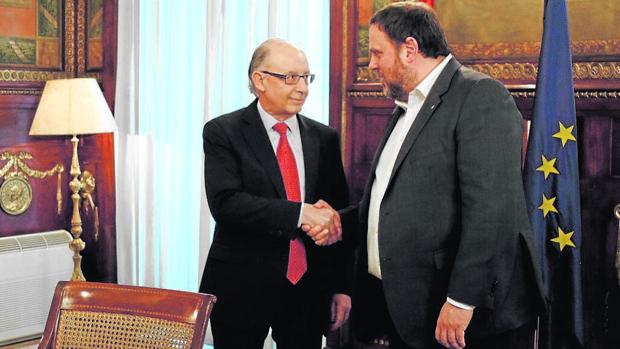 Cristóbal Montoro junto a Oriol Junqueras, responsable de Economía y Hacienda en Cataluña