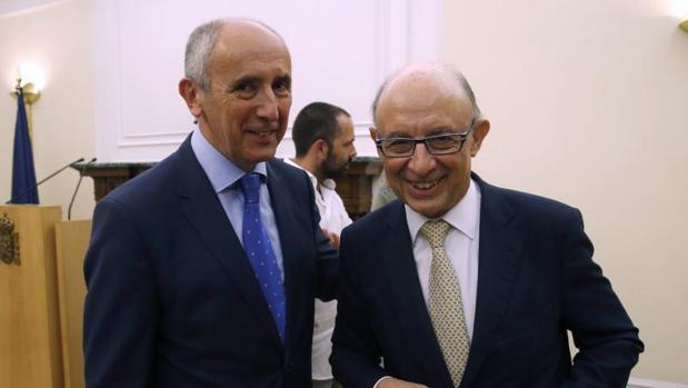 El ministro de Hacienda, Cristóbal Montoro (d) y el portavoz del Gobierno Vasco, Josu Erkoreka