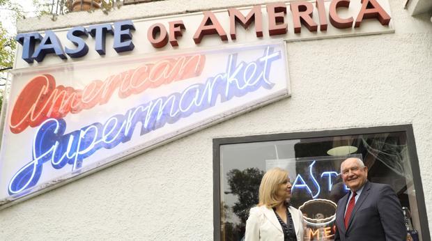 """El Secretario de Agricultura de EEUU, Sonny Perdue (d), junto a la propietaria de la tienda """"Taste of America"""", que comercializa productos alimentarios de EEUU, Dana Knowles (i), durante su visita al establecimiento, esta mañana en Madrid."""