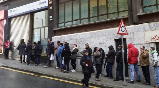 Cola de desempleados ante una oficina de empleo en Bilbao