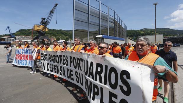 Estibadores en el puerto de Pasajes (Guipúzcoa)