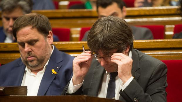 El exvicepresidente de la Generalitat, Oriol Junqueras, junto al expresidente Carles Puigdemont