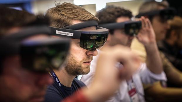 Un grupo de asistentes al South Summit prueba un nuevo modelo de gafas de realidad virtual