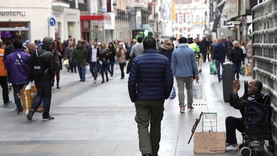 La calle Preciados de Madrid se llenaba esta mañana de gente para hacer las compras en esta jornada del Black Friday