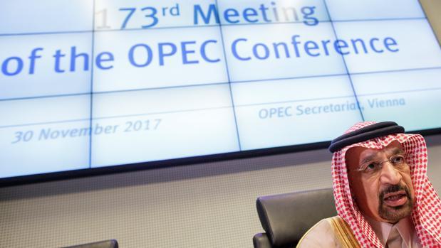 El ministro saudí de Energía e Industria, Khalid al Falih, antes de comenzar la reunión