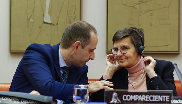 La presidenta de la JUR, Elke König, en el Congreso junto al presidente del FROB, Jaime Ponce
