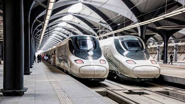 Dos trenes del AVE a La Meca en la estación de Medina