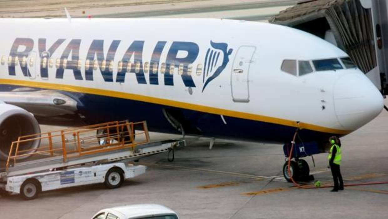 Los pilotos de ryanair en reino unido aceptan la oferta de mejora salarial del 20 - Cabina ryanair ...