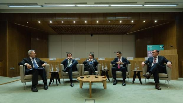 De izquierda a derecha: José Luis Suárez (profesor del IESE), Juan Velayos, Ricardo Pumar, Juan Antonio Gómez-Pintado y David Martínez Montero, ayer en el encuentro celebrado en Madrid