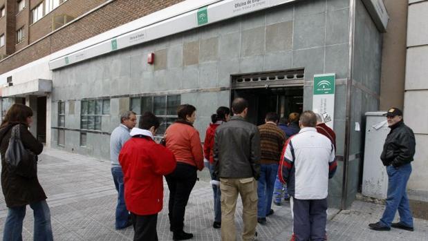 El paro subi en personas y la seguridad social for Oficina de empleo cadiz