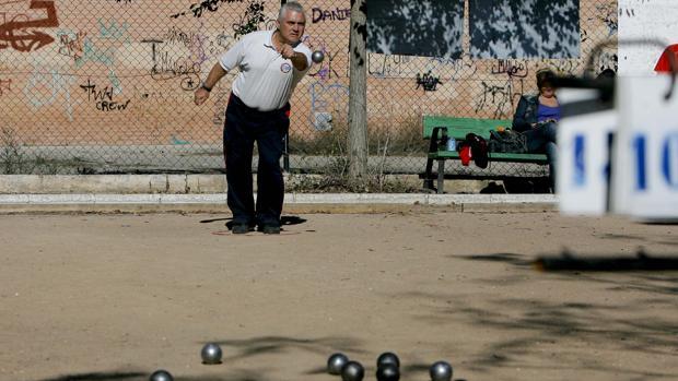 Un jubilado jugando a la petanca en Córdoba