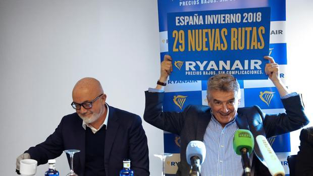 El director ejecutivo de Ryanair, Michael O'Leary, junto al director comercial de la aerolínea, David O'Brien (i), durante la rueda de prensa que han ofrecido hoy en Madrid