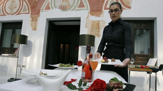 Apenas del 7% de los españoles se dejaría invitar por su pareja, cuando están en una cita