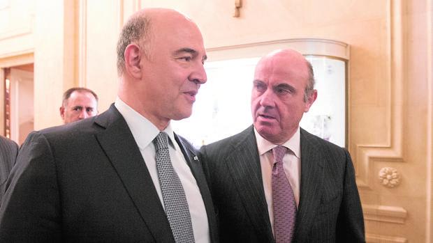 Luis de Guindos junto al Comisario europeo de Asuntos Económicos, Pierre Moscovici