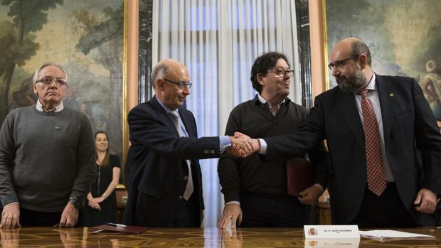 El ministro Montoro, tras firmar el acuerdo con los sindicatos para subir los sueldos del sector público