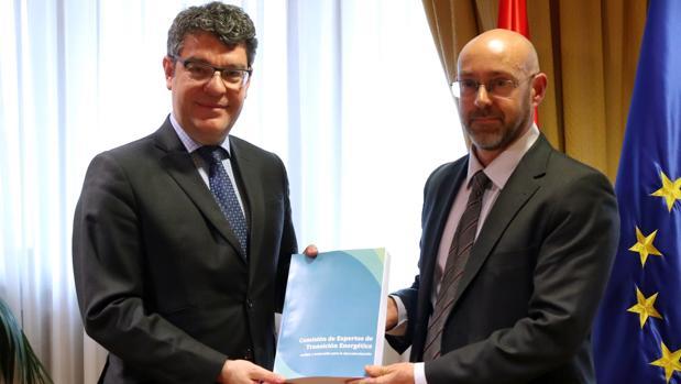 El ministros de Energía, Álvaro Nadal (i), junto al presidente de la comisión de expertos, Jorge Sanz (d)