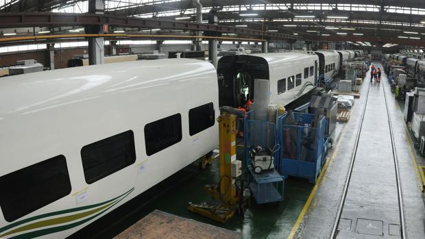 Interior de una fábrica de vagones de tren.