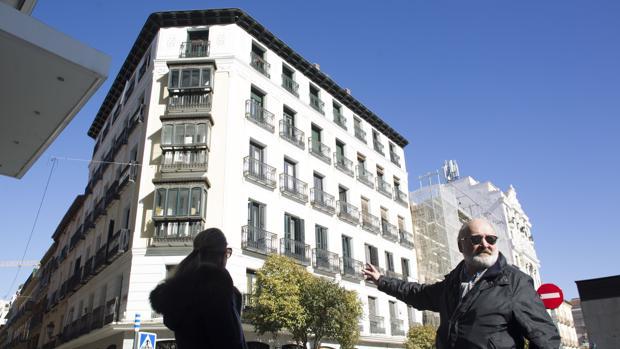 Un hombre y una mujer buscando piso en Madrid